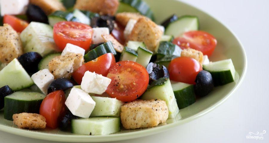 Греческий салат с крутонами из батона Нарезного